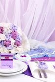 Tabla de la boda fabulosa porción de color púrpura sobre fondo blanco de la tela — Foto de Stock