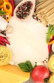 Papel para receitas, espaguete com legumes e especiarias, em pano de saco fundo — Fotografia Stock