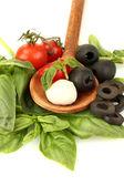 Sýr mozzarella s zeleninou v dřevěnou lžící na bílém pozadí detail — Stock fotografie