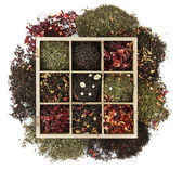 Surtido de té seco en caja de madera, aislado en blanco — Foto de Stock