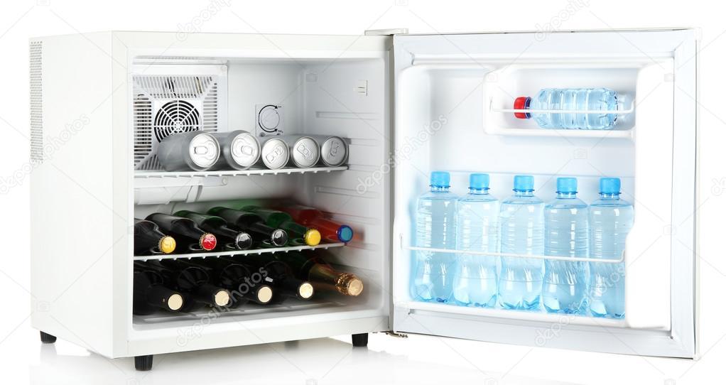 mini k hlschrank voller flaschen alkoholische getr nke und wasser isoliert auf weiss stockfoto. Black Bedroom Furniture Sets. Home Design Ideas