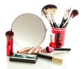 Kosmetik in der nähe von spiegel isoliert auf weiss — Stockfoto