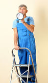 Bouw superintendent regisseert reparatie staande op de ladder — Stockfoto