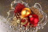 рождественские украшения на сером фоне — Стоковое фото
