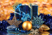 Juldekoration på gyllene bakgrund — Stockfoto