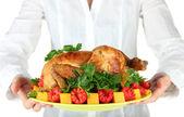厨师拿一盘蔬菜特写焗鸡 — 图库照片
