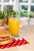 Appetitlich sandwich auf farbpalette auf holztisch auf fensterhintergrund — Stockfoto