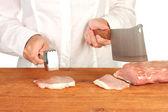 Lo chef taglia la carne sul tavolo di legno — Foto Stock