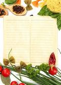 Kniha receptů, zeleniny a koření, izolované na bílém — Stock fotografie