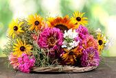красивый букет ярких цветов на деревянный стол на фоне природы — Стоковое фото