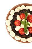 Käse mozzarella mit gemüse in die platte auf weißem hintergrund nahaufnahme — Stockfoto
