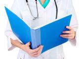 Main du médecin avec fiche médicale. isolé sur blanc — Photo