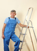 Handyman in house near the wall — Stockfoto