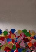 Herz konfetti auf grauem hintergrund — Stockfoto
