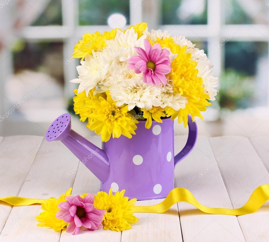 Regador roxo de ervilhas com flores na mesa de madeira branca no fundo da janela foto stock - Fiori da finestra ...