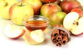 Miód i jabłka z cynamonem na naturalne tło — Zdjęcie stockowe