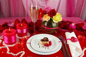 Table setting in honor of Valentine's Day on white fabric background — Foto Stock