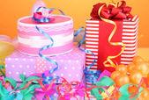 Scatole regalo colorate su sfondo arancione — Foto Stock
