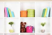 Wicker farbfelder in schrank regalen — Stockfoto