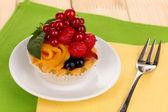Melodický dort s ovocem a bobulemi na dřevěný stůl — Stock fotografie