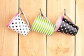 Schöne tassen hängen nägel auf hölzernen hintergrund — Stockfoto