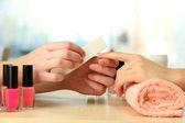 Manikůra proces v salonu krásy, zblízka — Stock fotografie