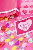 красивая композиция из бумаги валентина и украшения на розовом фоне крупным планом — Стоковое фото