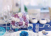 Serving fabulous wedding table in purple and blue color of the restaurant background — Stock Photo