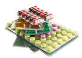 錠剤とカプセル充填水疱、白で隔離されるで — ストック写真