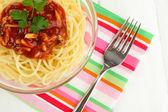 İtalyan spagetti cam kase ahşap tablo — Stok fotoğraf
