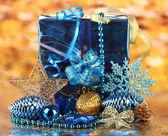 Decoración de navidad sobre fondo de oro — Foto de Stock