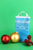 Vánoční papírový sáček pro dary na zeleném pozadí — Stock fotografie