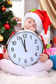 śliczną dziewczynkę spać w oczekiwaniu na nowy rok w świątecznie sali — Zdjęcie stockowe