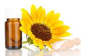 Medicin flaska med tabletter och blomma isolerad på vit — Stockfoto