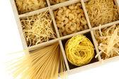 九种类型的面食中孤立在白色的木盒子节特写 — 图库照片