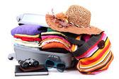 Chiuse la valigia argento con abbigliamento isolato su bianco — Foto Stock