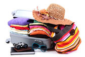 закрыты серебро чемоданом с одеждой, изолированные на белом — Стоковое фото
