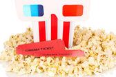 Popcorn con occhiali e biglietti isolati su bianco — Foto Stock