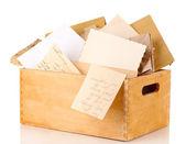 Cassa di legno con documenti e lettere isolate su bianco — Foto Stock