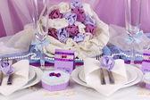 Tabla de la boda fabuloso servir en color púrpura sobre fondo de tela blanco y morado — Foto de Stock