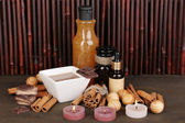 Ajuste hermoso spa chocolate sobre fondo de mesa de madera de bambú con la reflexión — Foto de Stock
