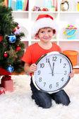 Petit garçon avec horloge en prévision du nouvel an — Photo