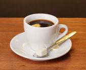 棕色背景上的木桌上的咖啡杯子 — 图库照片