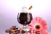 Bardak kahve kokteyl ve gerbera çiçek mor zemin üzerine — Stok fotoğraf