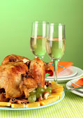 Banquet table with roasted chicken on green background close-up. Thanksgiving Day — Stock Photo