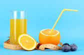 Ripe oranges and juice as symbol of diet on blue background — Stockfoto