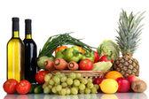 Komposition mit Gemüse und Obst im Weidenkorb isoliert auf weiss — Stockfoto