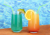 Two cocktails on blue background — Stock Photo