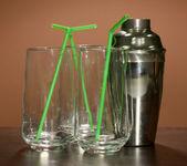 Cocktail shaker e occhiali sul colore di sfondo — Foto Stock
