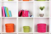 Boîtes en osier de couleur sur meuble étagères — Photo